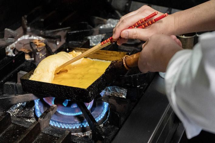 卵焼きを作る寺井さん