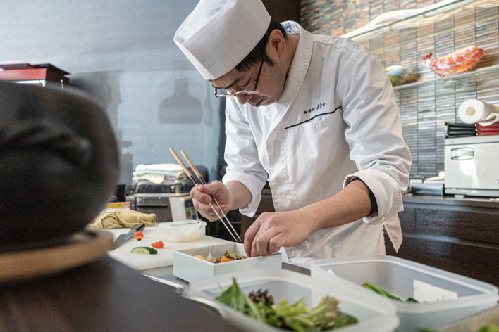 料理中の寺井さん