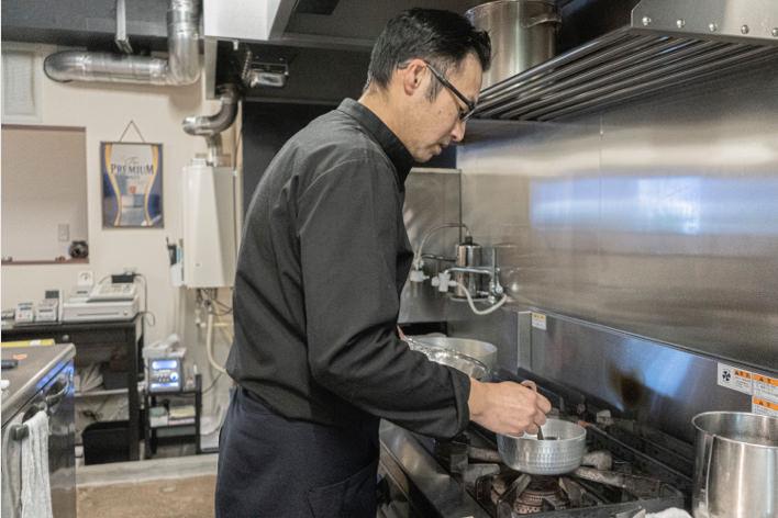 調理中の松尾さん